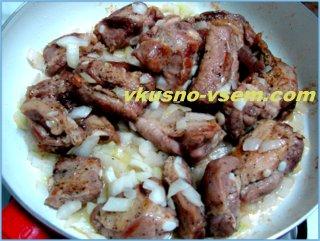 жареные свиные ребрышки на сковороде