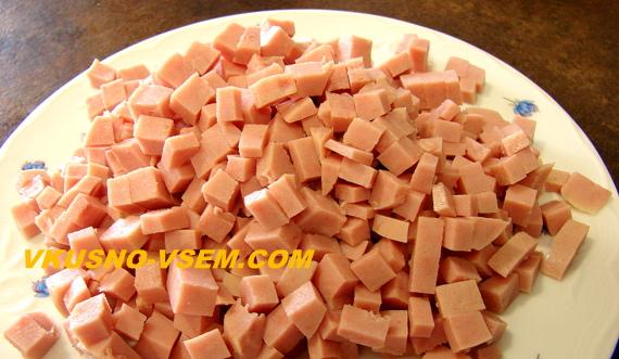 Классический салат Оливье с вареной колбасой