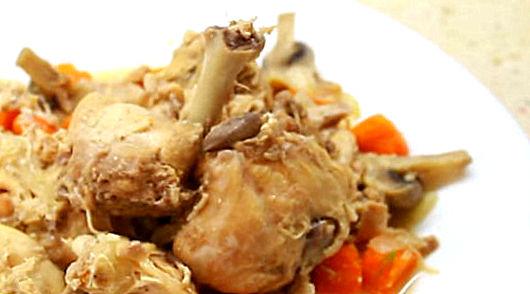 Кролик под грибным соусом на сковороде